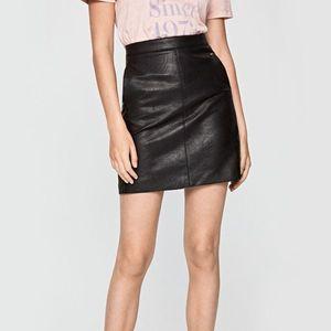 Pepe Jeans dámská černá koženková sukně Carry obraz