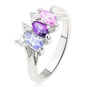 Lesklý prsten stříbrné barvy s barevnými kamínky uspořádanými vedle sebe - Velikost: 52 obraz