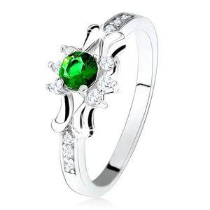 Prsten - stříbro 925, zelený kulatý zirkon, tři čiré kamínky, ozdobená ramena - Velikost: 54 obraz
