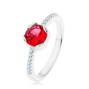 Stříbrný 925 prsten, kulatý červený zirkon, úzká ramena, čiré zirkony - Velikost: 54 obraz