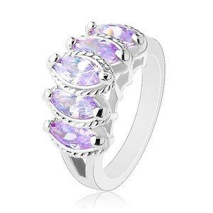 Prsten stříbrné barvy, vystupující broušená zrnka fialové barvy, vroubky - Velikost: 52 obraz