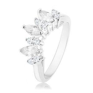 Prsten ve stříbrné barvě, čirá zirkonová zrnka, lesklá ramena - Velikost: 59 obraz