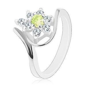 Lesklý prsten stříbrné barvy, zirkonový kvítek se žlutozeleným středem - Velikost: 51 obraz