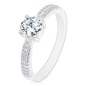Stříbrný prsten 925, kulatý zirkon čiré barvy v kotlíku, zirkonky na ramenech - Velikost: 52 obraz