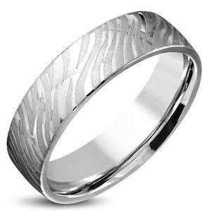 Lesklý ocelový prsten stříbrné barvy - matný motiv zebry, 6 mm - Velikost: 54 obraz