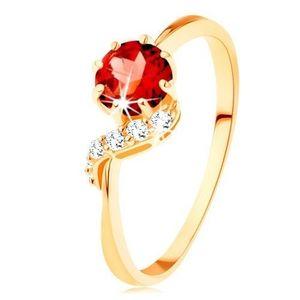 Zlatý prsten 375 - kulatý granát červené barvy, blýskavá vlnka - Velikost: 59 obraz