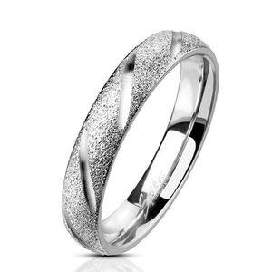 Ocelový prstýnek ve stříbrné barvě s pískováním - se šikmými hladkými zářezy, 4 mm - Velikost: 49 obraz