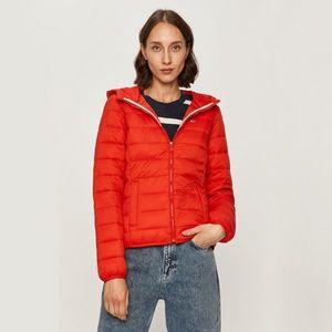 Tommy Jeans dámská červená prošívaná bunda s kapucí obraz