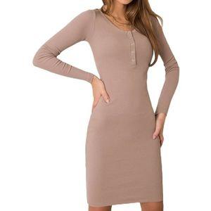 Béžové šaty s dlouhým rukávem obraz