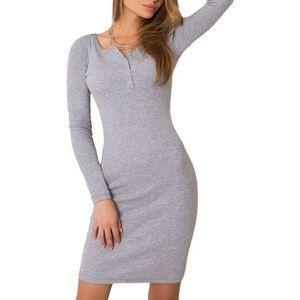 Světle šedé šaty s dlouhým rukávem obraz