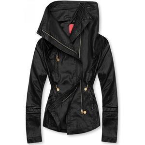 Černá koženková bunda s vysokým límcem obraz