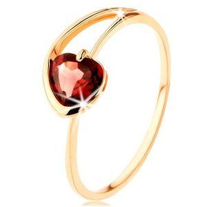 Prsten ze žlutého 14K zlata - červené granátové srdíčko, asymetrická ramena - Velikost: 49 obraz