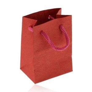 Malá papírová taštička na dárek, matný povrch v červeném odstínu, vzor s růžemi obraz