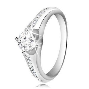 Stříbrný prsten 925 - čirý kulatý zirkon, proužek menších zirkonů na ramenech - Velikost: 54 obraz